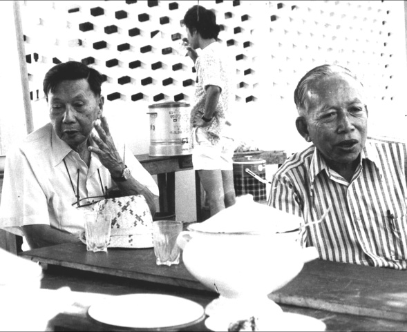 Ajarn Chin You-di and Professor Sood Sanwichin at Ban Don Ta Phet in 1981 (photo by Ian Glover)