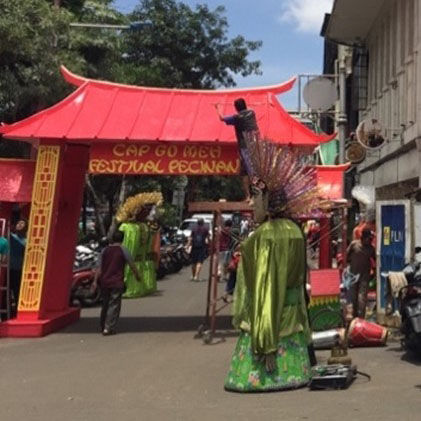 Placement of the Temporary Gate at the Entrance of Glodok Area to Welcome the 2020 Cap Go Meh Festival. Source: Freta Oktarina.