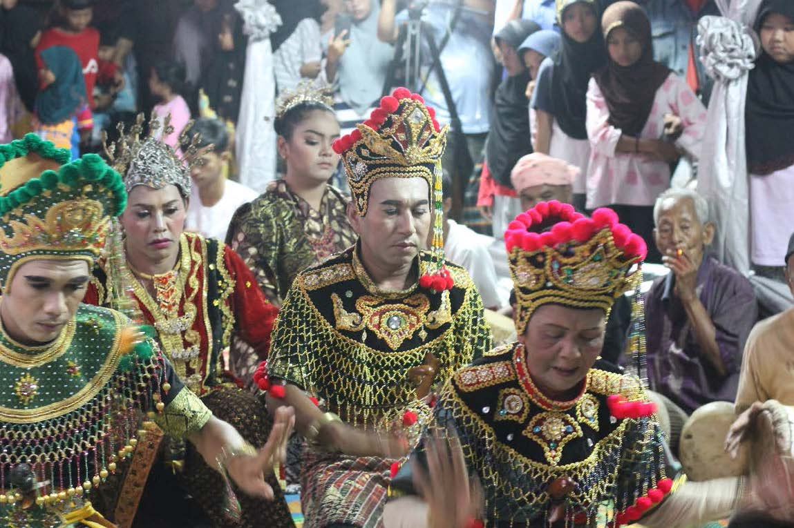 Lagu Gerak Bangun, Mek Munoh as female Pak Yong (front right, with red decorations) and Saman Dosormi as Pak Yong Muda (behind Mek Munoh with red decorations). Source: A. S. Hardy Shafii.